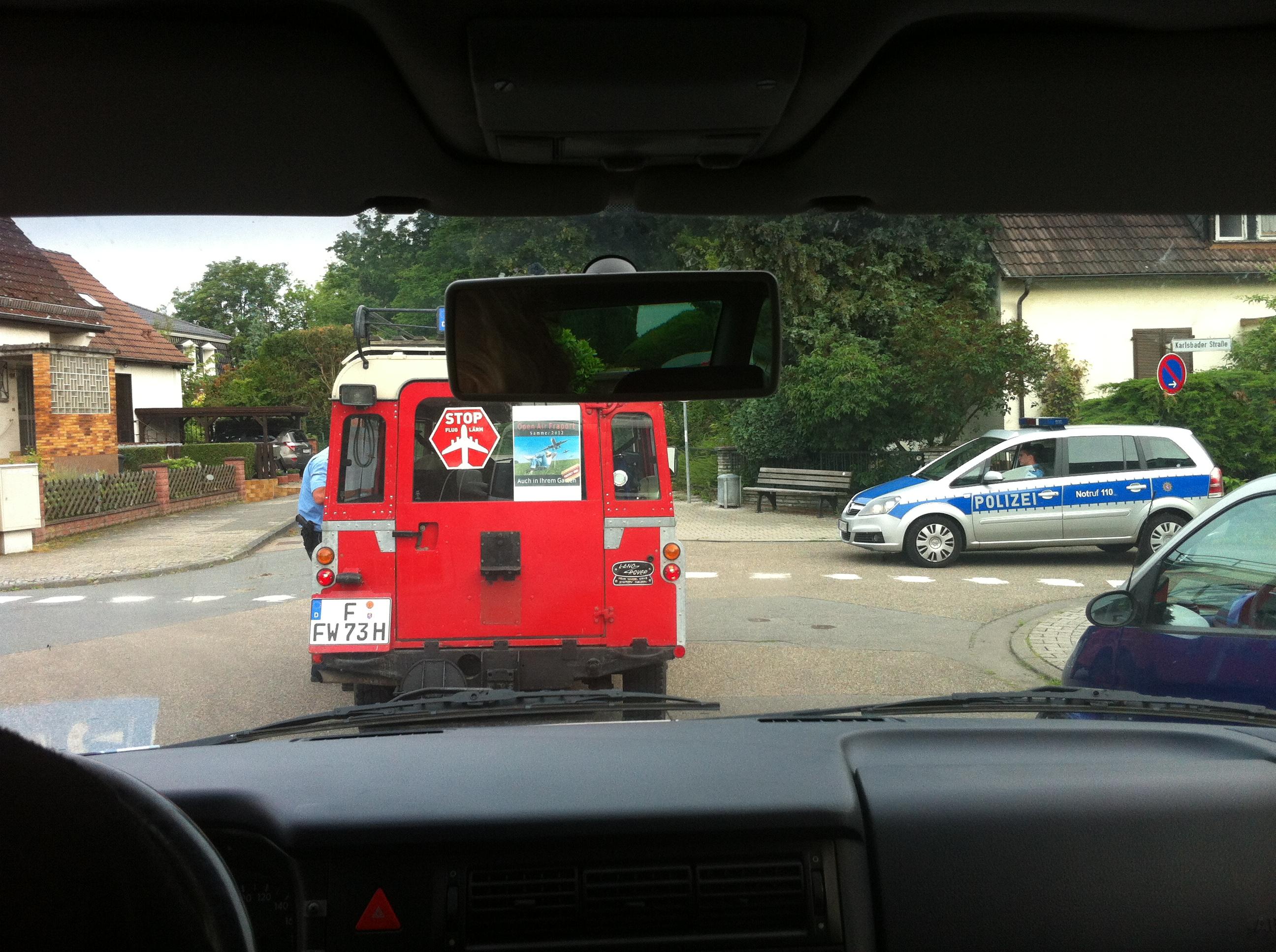 Von der Polizei begleitet.