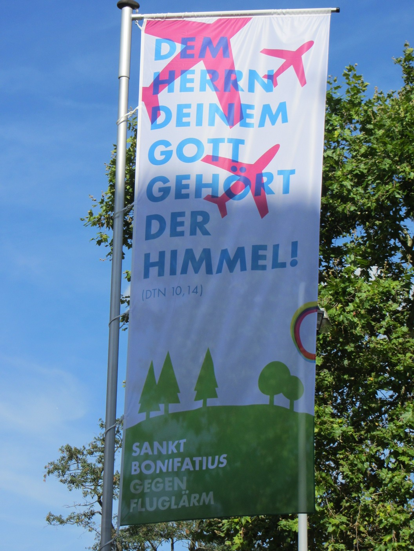 Flagge vor St. Bonifatius