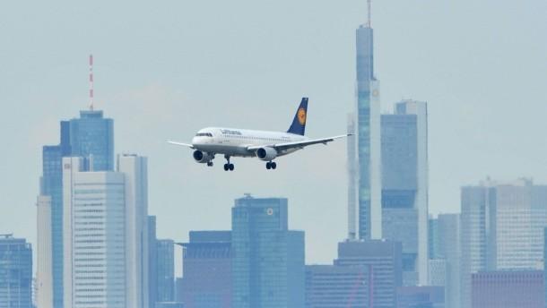 ein-airbus-im-landeanflug-auf-den-frankfurter-flughafen